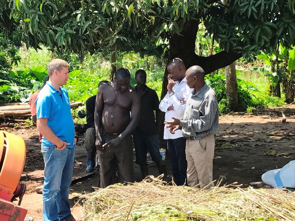 Dreschplatz Uganda Bild  Naturkost UEbelhoer.JPGDreschplatz Uganda Bild  Naturkost UEbelhoer